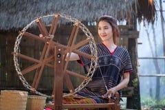 Όμορφο ταϊλανδικό χαμόγελο γυναικών στο περιστρεφόμενο νήμα κοστουμιών της Karen σε ένα BA Στοκ εικόνα με δικαίωμα ελεύθερης χρήσης