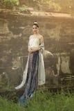 Όμορφο ταϊλανδικό κορίτσι στο ταϊλανδικό παραδοσιακό κοστούμι Στοκ Φωτογραφίες