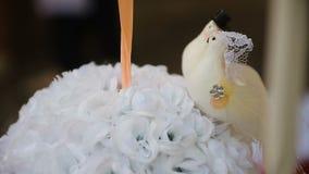 Όμορφο τηγάνι κινηματογραφήσεων σε πρώτο πλάνο γαμήλιων εξαρτημάτων φιλμ μικρού μήκους