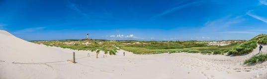 Όμορφο τοπίο αμμόλοφων με τον παραδοσιακό φάρο στη Βόρεια Θάλασσα, Γερμανία Στοκ Εικόνες