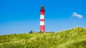Όμορφο τοπίο αμμόλοφων με τον παραδοσιακό φάρο στη Βόρεια Θάλασσα, Γερμανία Στοκ φωτογραφίες με δικαίωμα ελεύθερης χρήσης