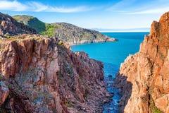 Όμορφο τοπίο βουνών, κόκκινοι βράχοι, όμορφη θάλασσα, μπλε ουρανός Στοκ Εικόνες