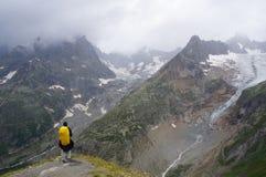 Backpacker που θαυμάζει την άποψη στοκ φωτογραφία με δικαίωμα ελεύθερης χρήσης