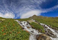 Όμορφο τοπίο βουνών με ένα ρεύμα βουνών Στοκ φωτογραφία με δικαίωμα ελεύθερης χρήσης