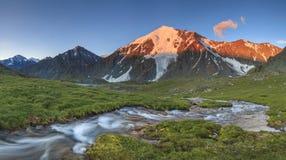 Όμορφο τοπίο βουνών με ένα ρεύμα βουνών Στοκ Φωτογραφίες