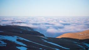 Όμορφο τοπίο βουνών με τα επιπλέοντα σύννεφα Timelapse απόθεμα βίντεο