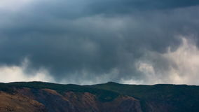 Όμορφο τοπίο βουνών με τα σύννεφα φιλμ μικρού μήκους