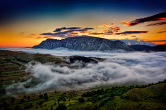 Όμορφο τοπίο βουνών το ομιχλώδες πρωί στη Ρουμανία Στοκ Φωτογραφία