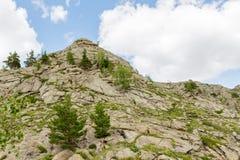 Όμορφο τοπίο, βράχοι και μπλε ουρανός βουνών με τα σύννεφα Στοκ εικόνες με δικαίωμα ελεύθερης χρήσης