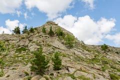 Όμορφο τοπίο, βράχοι και μπλε ουρανός βουνών με τα σύννεφα Στοκ εικόνα με δικαίωμα ελεύθερης χρήσης