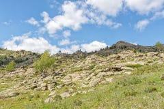 Όμορφο τοπίο, βράχοι και μπλε ουρανός βουνών με τα σύννεφα Στοκ Εικόνα