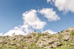 Όμορφο τοπίο, βράχοι και μπλε ουρανός βουνών με τα σύννεφα Στοκ Φωτογραφίες