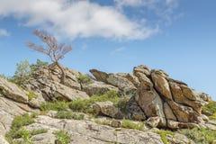 Όμορφο τοπίο, βράχοι και μπλε ουρανός βουνών με τα σύννεφα Στοκ φωτογραφίες με δικαίωμα ελεύθερης χρήσης