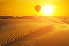 Όμορφο τοπίο ερήμων με ένα ζωηρόχρωμο ηλιοβασίλεμα Στοκ Φωτογραφίες
