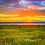 Όμορφο τοπίο Ηλιοβασίλεμα πέρα από τον ποταμό Kama Στοκ εικόνα με δικαίωμα ελεύθερης χρήσης