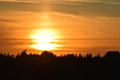 Όμορφο τοπίο ηλιοβασιλέματος πέρα από το δάσος στοκ εικόνα