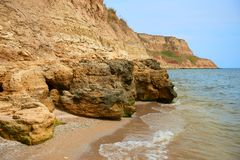 Όμορφο τοπίο θάλασσας, κινηματογράφηση σε πρώτο πλάνο της πέτρας στην παραλία, παραλία με τους υψηλούς λόφους, άγρια φύση Στοκ φωτογραφίες με δικαίωμα ελεύθερης χρήσης