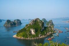 Όμορφο τοπίο θάλασσας στην ανατολή στο μακρύ κόλπο εκταρίου, Βιετνάμ Στοκ εικόνα με δικαίωμα ελεύθερης χρήσης