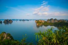 Όμορφο τοπίο θάλασσας στο μακρύ κόλπο εκταρίου, Βιετνάμ Στοκ Εικόνες