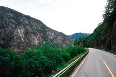 Όμορφο τοπίο και τοπίο της Νορβηγίας, πράσινο τοπίο των λόφων και του βουνού Στοκ Εικόνες