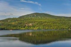 Όμορφο τοπίο και τοπίο της Νορβηγίας, πράσινο τοπίο των λόφων και του βουνού Στοκ εικόνα με δικαίωμα ελεύθερης χρήσης