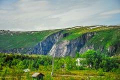 Όμορφο τοπίο και τοπίο της Νορβηγίας, πράσινο τοπίο των λόφων και του βουνού Στοκ φωτογραφία με δικαίωμα ελεύθερης χρήσης