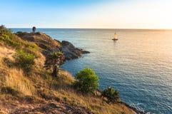 Όμορφο τοπίο και τροπικός Γιοτ ή σημείο εστίασης Saiboat Πριν από το ηλιοβασίλεμα πέρα από τη θάλασσα και το ακρωτήριο με την μπλ Στοκ φωτογραφία με δικαίωμα ελεύθερης χρήσης