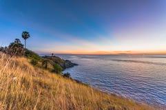 Όμορφο τοπίο και τροπικός Μετά από το ηλιοβασίλεμα και το λυκόφως πέρα από τη θάλασσα και το ακρωτήριο με το κίτρινο πρώτο πλάνο  Στοκ εικόνες με δικαίωμα ελεύθερης χρήσης