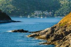 Όμορφο τοπίο και τροπικός πέρα από την μπλε θάλασσα και το ακρωτήριο με το γιοτ ή τη ναυσιπλοΐα ή sailboat στο ακρωτήριο υποβάθρο Στοκ φωτογραφίες με δικαίωμα ελεύθερης χρήσης