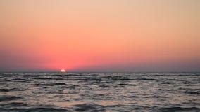 Όμορφο τοπίο κατά τη διάρκεια της ανατολής επάνω από τη θάλασσα με το σαφή ουρανό απόθεμα βίντεο