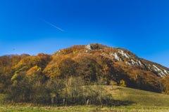 Όμορφο τοπίο κατά τη διάρκεια του χρονικού συνόλου φθινοπώρου των χρωμάτων και του καλού μπλε ουρανού Στοκ εικόνα με δικαίωμα ελεύθερης χρήσης