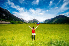 Όμορφο τοπίο με τη γυναίκα που κρατά τη σλοβένικη σημαία Στοκ φωτογραφία με δικαίωμα ελεύθερης χρήσης