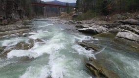 Όμορφο τοπίο με τον ποταμό που ρέει στα βουνά φιλμ μικρού μήκους