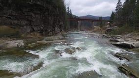 Όμορφο τοπίο με τον ποταμό που ρέει στα βουνά απόθεμα βίντεο