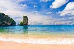 Όμορφο τοπίο με τους βράχους και θάλασσα σε Krabi Στοκ Φωτογραφίες