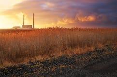 Όμορφο τοπίο με το σταθμό παραγωγής ηλεκτρικού ρεύματος Στοκ Εικόνες