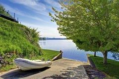 Όμορφο τοπίο με το συγκεκριμένο τρόπο πατωμάτων στο νερό για την προώθηση βαρκών Στοκ Φωτογραφίες