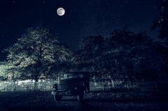 Όμορφο τοπίο νύχτας της μεγάλης πανσελήνου που αυξάνεται πέρα από το δρόμο βουνών με το λόφο και τα δέντρα Δάσος και βουνά του νό Στοκ Φωτογραφίες