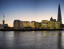 Όμορφο τοπίο οριζόντων πόλεων του Λονδίνου τη νύχτα με το καμμένος CI στοκ εικόνα