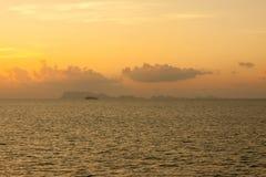 Όμορφο τοπίο πέρα από τη θάλασσα, ηλιοβασίλεμα Στοκ Φωτογραφίες