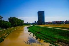 Όμορφο τοπίο, ποταμός και μητρόπολη στοκ εικόνες