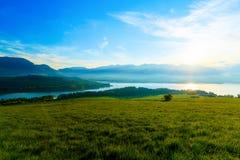Όμορφο τοπίο, πράσινες λιβάδι και λίμνη με το βουνό στο υπόβαθρο Σλοβακία, κεντρική Ευρώπη Στοκ εικόνα με δικαίωμα ελεύθερης χρήσης