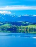 Όμορφο τοπίο, πράσινες λιβάδι και λίμνη με το βουνό στο υπόβαθρο Σλοβακία, κεντρική Ευρώπη Στοκ Φωτογραφία