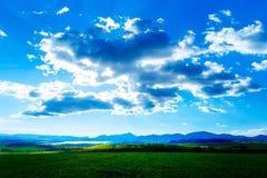 Όμορφο τοπίο, πράσινες και κίτρινες λιβάδι και λίμνη με το βουνό στο υπόβαθρο Σλοβακία, κεντρική Ευρώπη Στοκ φωτογραφία με δικαίωμα ελεύθερης χρήσης