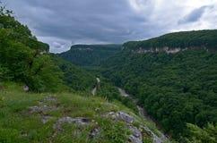 Όμορφο τοπίο σε μια κοιλάδα βουνών Θερινό πράσινο φύλλωμα ο Στοκ Φωτογραφία