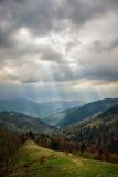 Όμορφο τοπίο στα Καρπάθια βουνά Φως μέσω των σύννεφων, φωτισμός σημείων Στοκ Φωτογραφία