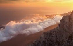 Όμορφο τοπίο στο βουνό με τα χαμηλά σύννεφα στο ηλιοβασίλεμα στοκ φωτογραφία