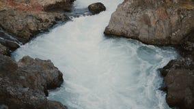 Όμορφο τοπίο της βόρειας φύσης Ταραχώδες ρεύμα του μπλε νερού στα βουνά, που διατρέχει των βράχων απόθεμα βίντεο