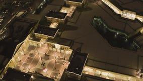 Όμορφο τοπίο της πόλης νύχτας με τα φωτεινά φω'τα των κτηρίων και των αυτοκινήτων απόθεμα βίντεο