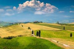 Όμορφο τοπίο της Τοσκάνης με τον κυρτούς δρόμο και το κυπαρίσσι, Ιταλία, Ευρώπη στοκ φωτογραφία με δικαίωμα ελεύθερης χρήσης